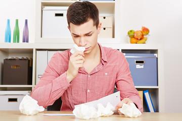Trauriger Teenager weint beim Lesen von einem Brief