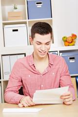 Junger Mann bekommt Einladung per Brief