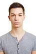 Frontales Portrait von einem jungen Mann