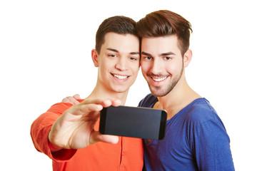 Schwules Paar macht Fotos mit Kamera im Handy