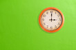 Leinwanddruck Bild - Clock showing 3 o'clock pm on a green wall
