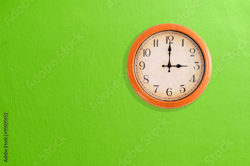 Leinwanddruck Bild Clock showing 3 o'clock pm on a green wall