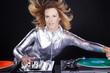 Sexy DJ Frau mit Schallplatten mixt in der Disco