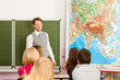 Lehrer mit Schüler in einer Schule beim Unterricht