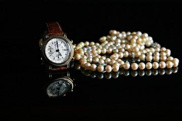Armbanduhr und Perlen