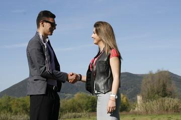 ragazzo e ragazza in carriera si stringano la mano