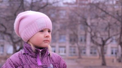 маленькая девочка внимательно слушает и смотрит, говорит