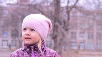 маленькая девочка внимательно слушает и смотрит