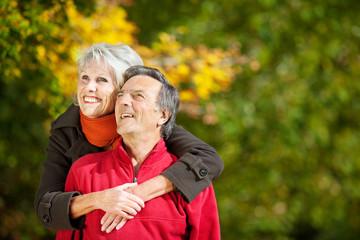 glückliches älteres paar schaut nach oben