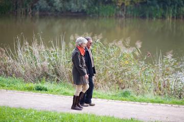 älteres paar wandert am fluss