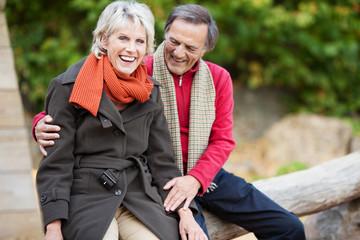 älteres paar hat spaß in der natur
