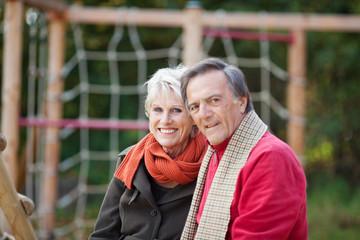 senioren-paar sitzt auf dem spielplatz