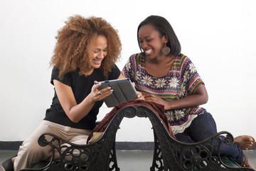 Dos bellas mujeres comparten y ríen entre ellas