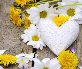 Frühlings-Gefühle: Marmorherz mit Margeriten und Löwenzahn