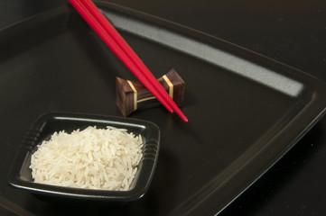 Sushi Reis serviert mit Stäbchen