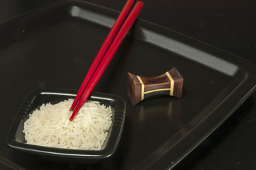Reisschüssel mit Reis und Stäbchen