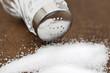 Salzstreuer mit Metalldeckel und Salz