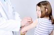 Kind wird von Kinderarzt geimpft