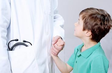 Kind blickt zu Arzt auf