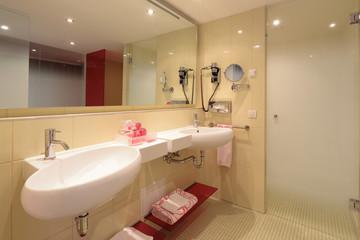 Badezimmer mit Doppelwaschtisch und Pflegeartikeln