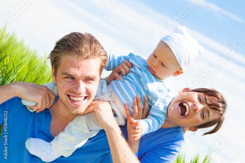 glückliche familie im feld