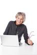moderne seniorin am laptop
