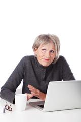 seniorin hat probleme mit ihrem computer
