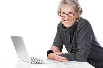 lächelnde seniorin am computer
