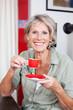 moderne seniorin trinkt espresso