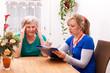Pflegerin macht hausbesuch und notiert daten