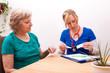 Beratung einer Seniorin über die Medikamentendosis