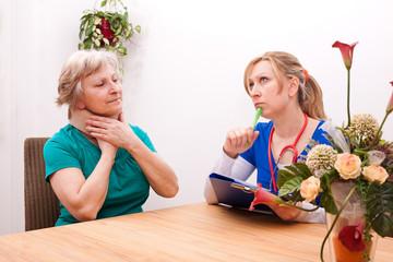 Ärztin und Seniorin mit Halskrause