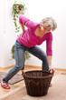 Seniorin hat rückenschmerzen wegen zu schwerer last