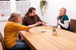 familie beim kartenspielen, tochter schummelt