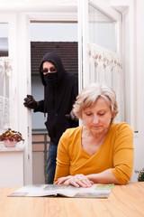 einbrecher überrascht unachtsame seniorin