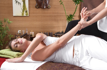 Frau bei der traditionellen Thai-Massage