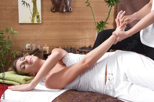 canvas print picture Frau bei der traditionellen Thai-Massage