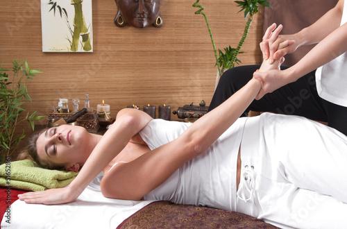Frau bei der traditionellen Thai-Massage