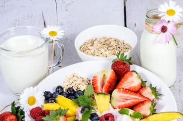 Gesundes Frühstück mit Obst und Joghurt genießen