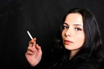 femme fumant de cigarette