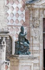 Perugia, statua di Papa Giulio III