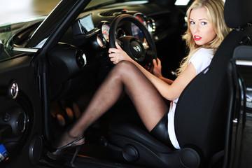 Model sitzt im Auto