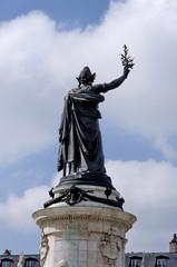 Statue de Marianne de dos, place de la République Paris