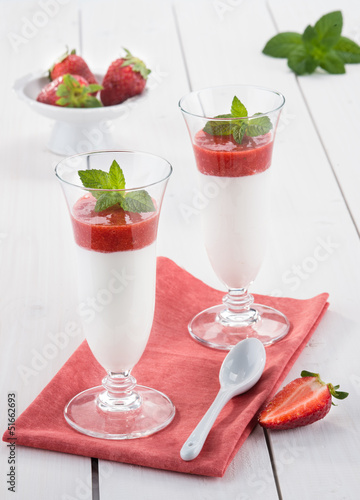 Panna cotta con mousse di fragole