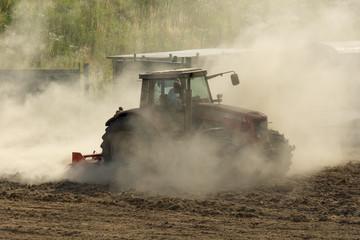 Traktor auf Feld HDR am Eggen zur Aussaat