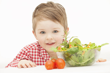 Kind freut sich auf Salat