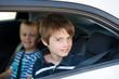 zwei angeschnallte kinder im auto