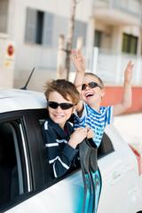 zwei jungs freuen sich auf den urlaub