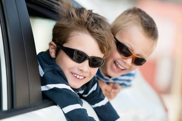 zwei jungen mit sonnenbrillen im auto