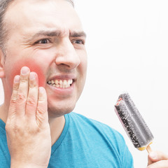 Dolor de dientes por el contacto con la comida fria.